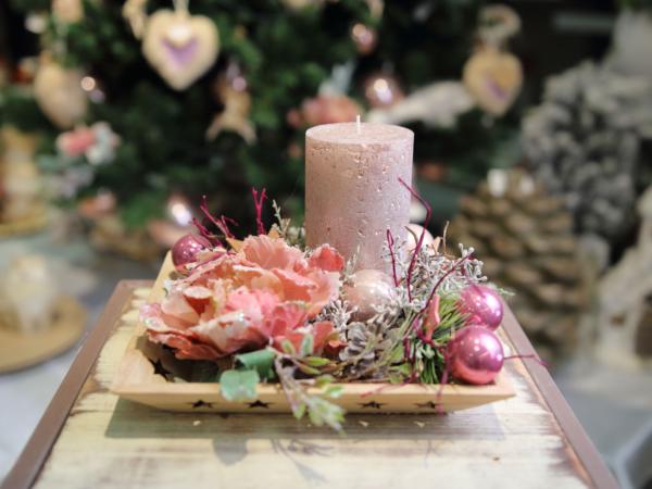 Ružová ikebana na drevenom podnose