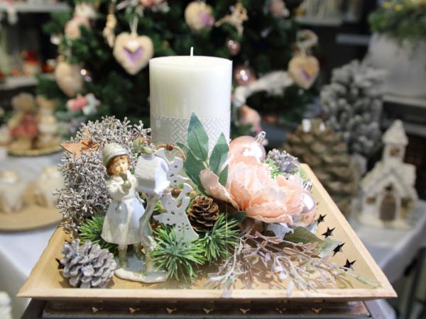 Ikebana so sviečkou a kvetom