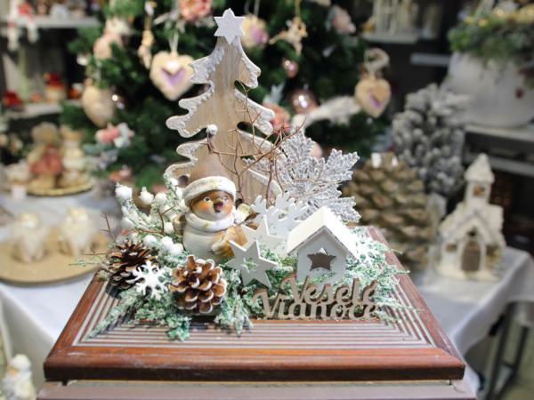 Vianočná ikebana s drevenými ozdobami