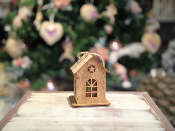 Drevený závesný domček
