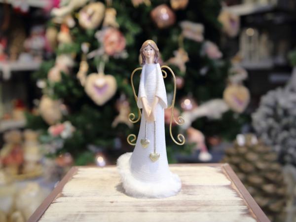 Bielý keramický anjel so zlatými krídlami