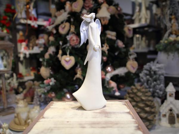 Keramický bielý anjelik so striebornými krídlami