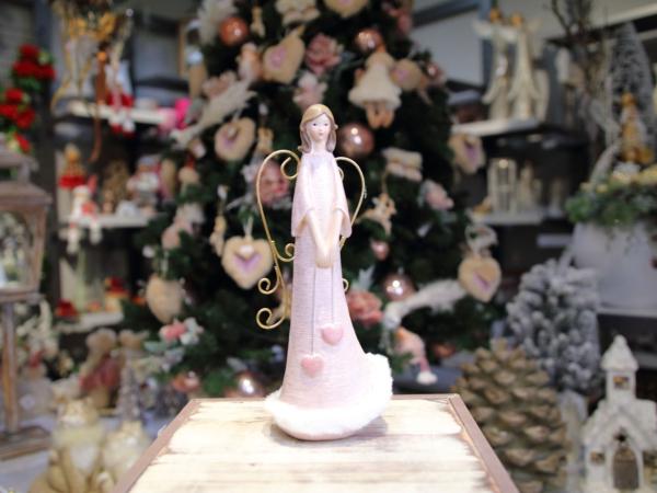 Rúžový keramický anjel s kovovými krídlami