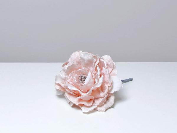 Umelý ružový kvet