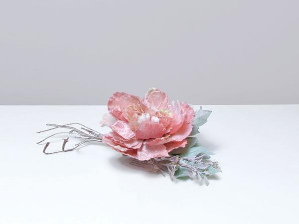 Umelý ružový kvet s vetvičkou